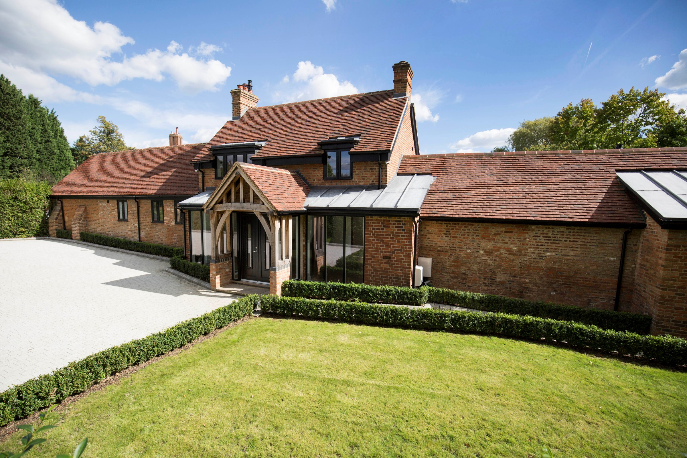 独户住宅 为 销售 在 Country Cottage in Surrey Bagshot Road Chobham, 英格兰, GU248SJ 英国
