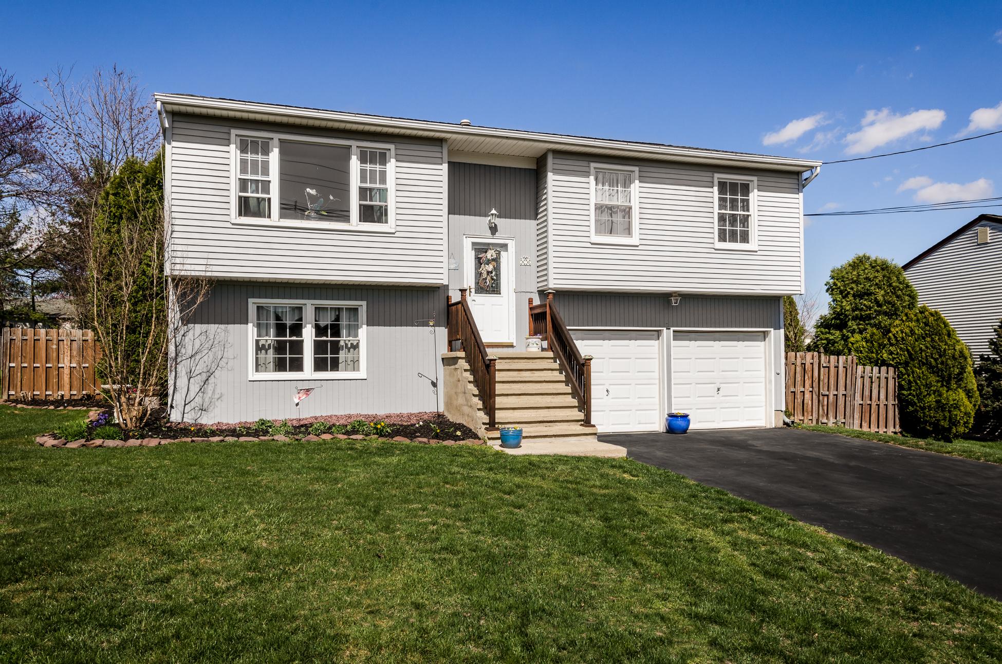 Maison unifamiliale pour l Vente à A Home Filled with Color and Light - Lawrence Township 80 Bunker Hill Road Lawrenceville, New Jersey, 08648 États-Unis