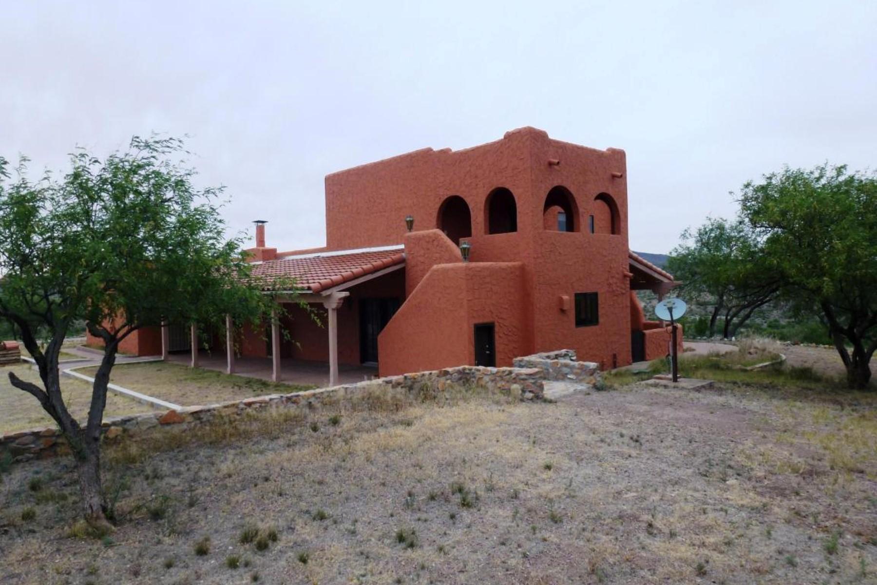 Vivienda unifamiliar por un Venta en High atop the Moyza Valley sits this classic home and 10 acre ranch. 32420 S Moyza Ranch Road Amado, Arizona 85645 Estados Unidos
