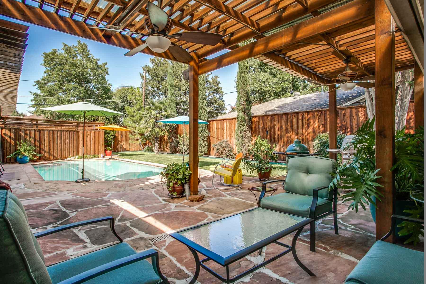 Casa para uma família para Venda às Updated Ranch, Backyard Oasis 10905 Colbert Way Dallas, Texas, 75218 Estados Unidos