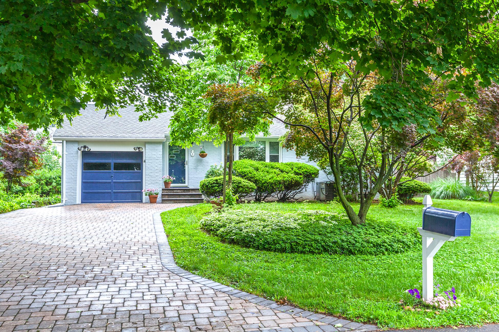 独户住宅 为 销售 在 Zen-like Cottage with Peaceful Gardens and Studio - South Brunswick Township 2 Lakeview Avenue Princeton, 新泽西州 08540 美国