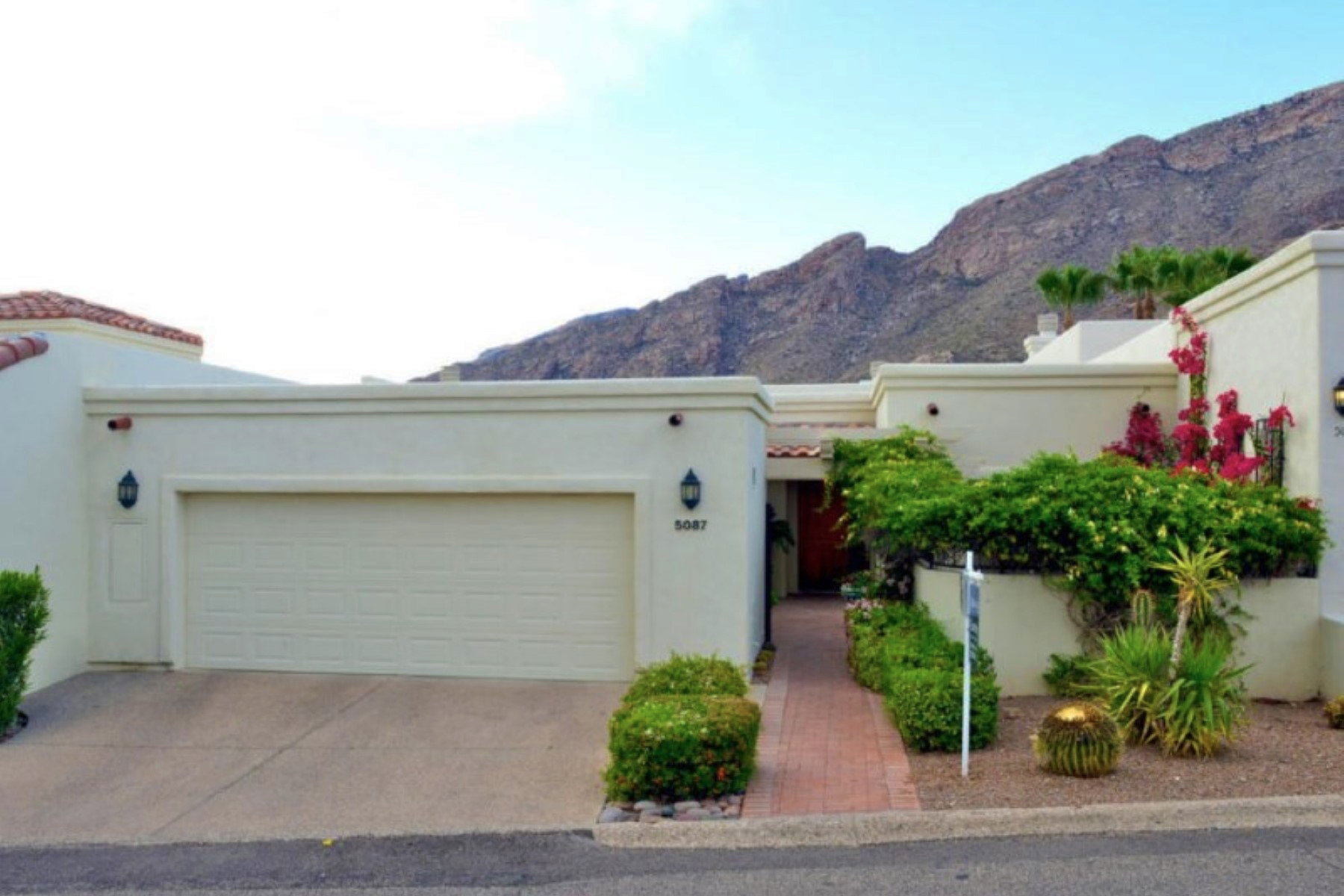 Adosado por un Venta en Stunning Mountain Views in Skyline Country Club 5087 E Calle Brillante Tucson, Arizona 85718 Estados Unidos