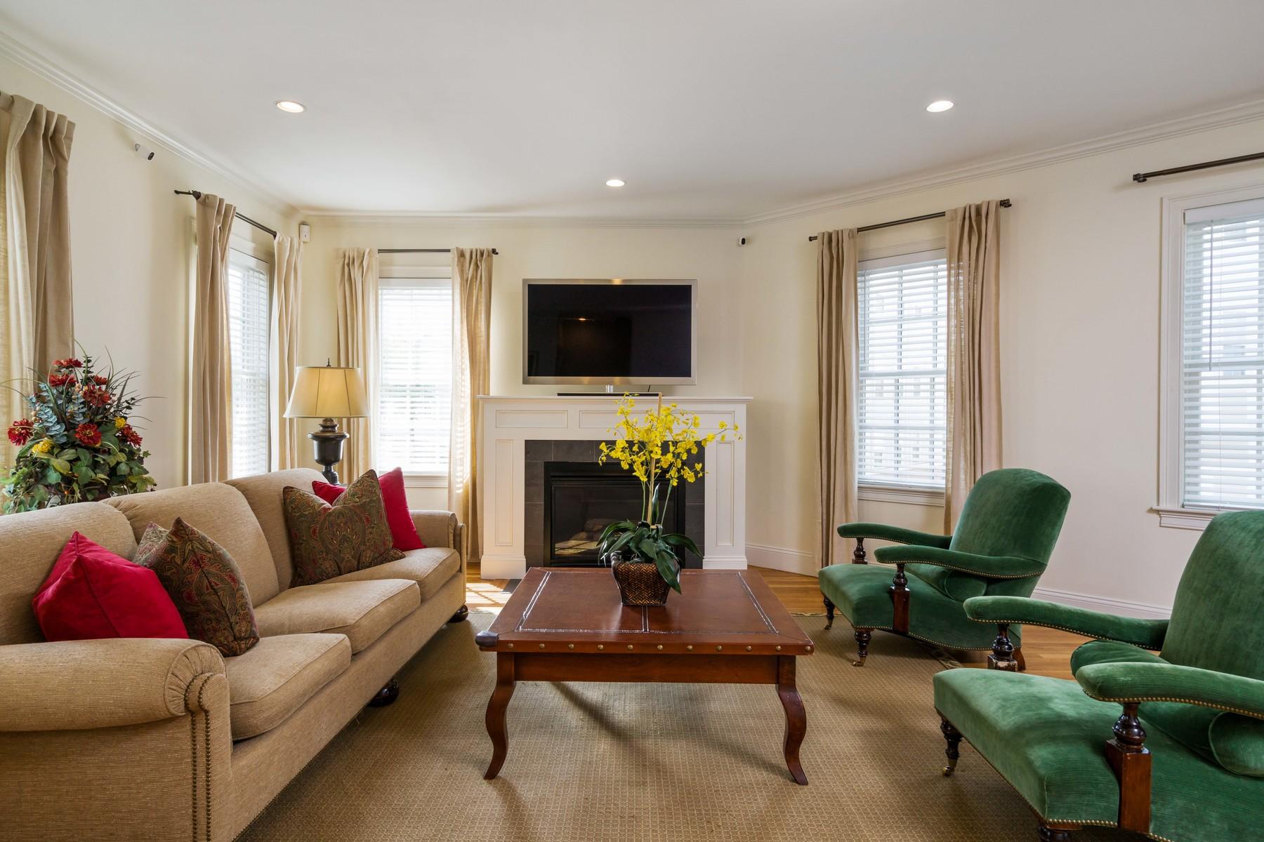 Appartement en copropriété pour l Vente à Beautiful townhouse in the heart of South Boston. 402 E 3Rd St - Unit 1 Boston, Massachusetts, 02127 États-Unis