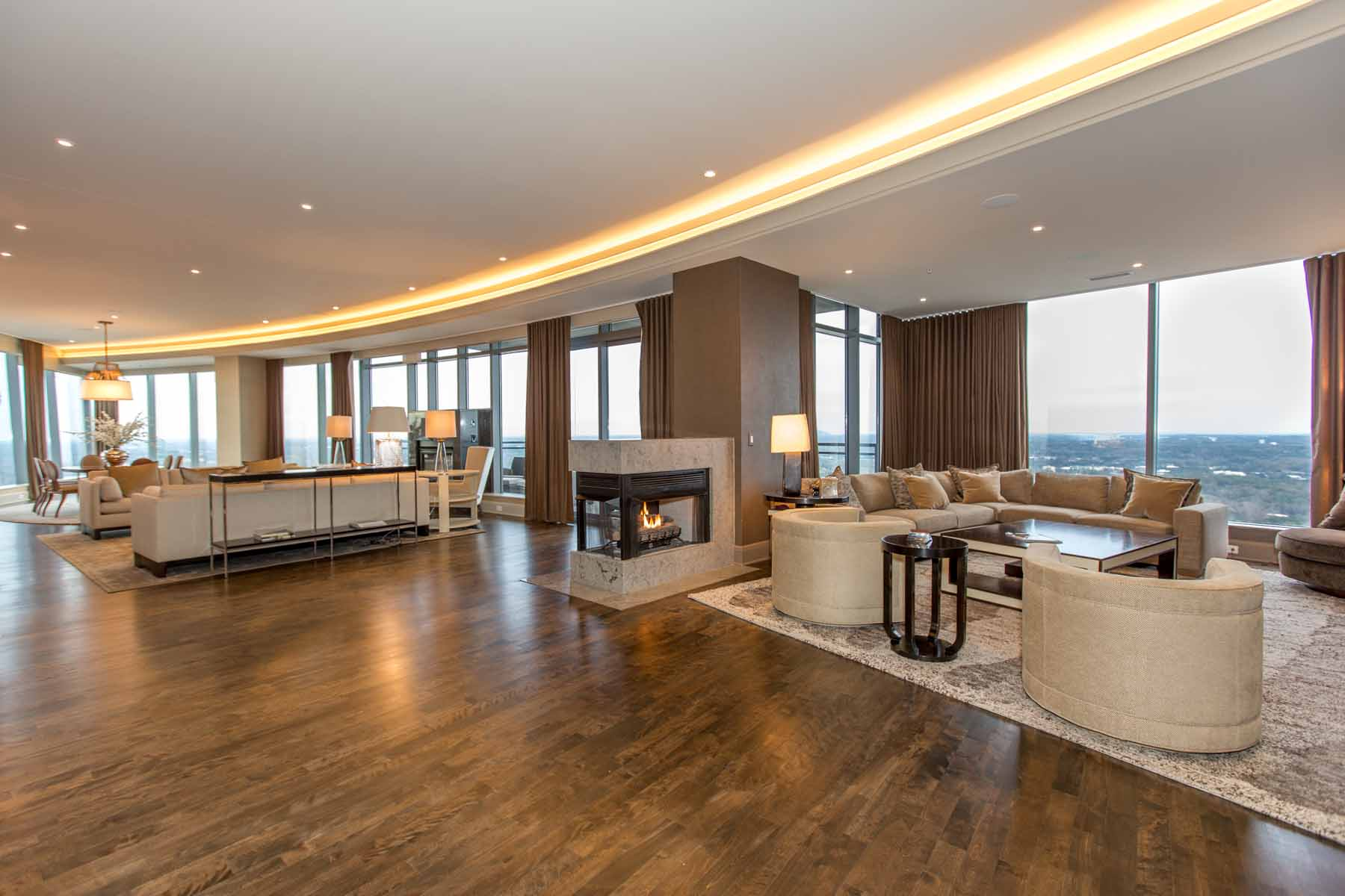 Copropriété pour l Vente à Sovereign's LARGEST plan boasting panoramic views! 3344 Peachtree Road NE #4303 Atlanta, Georgia 30326 États-Unis