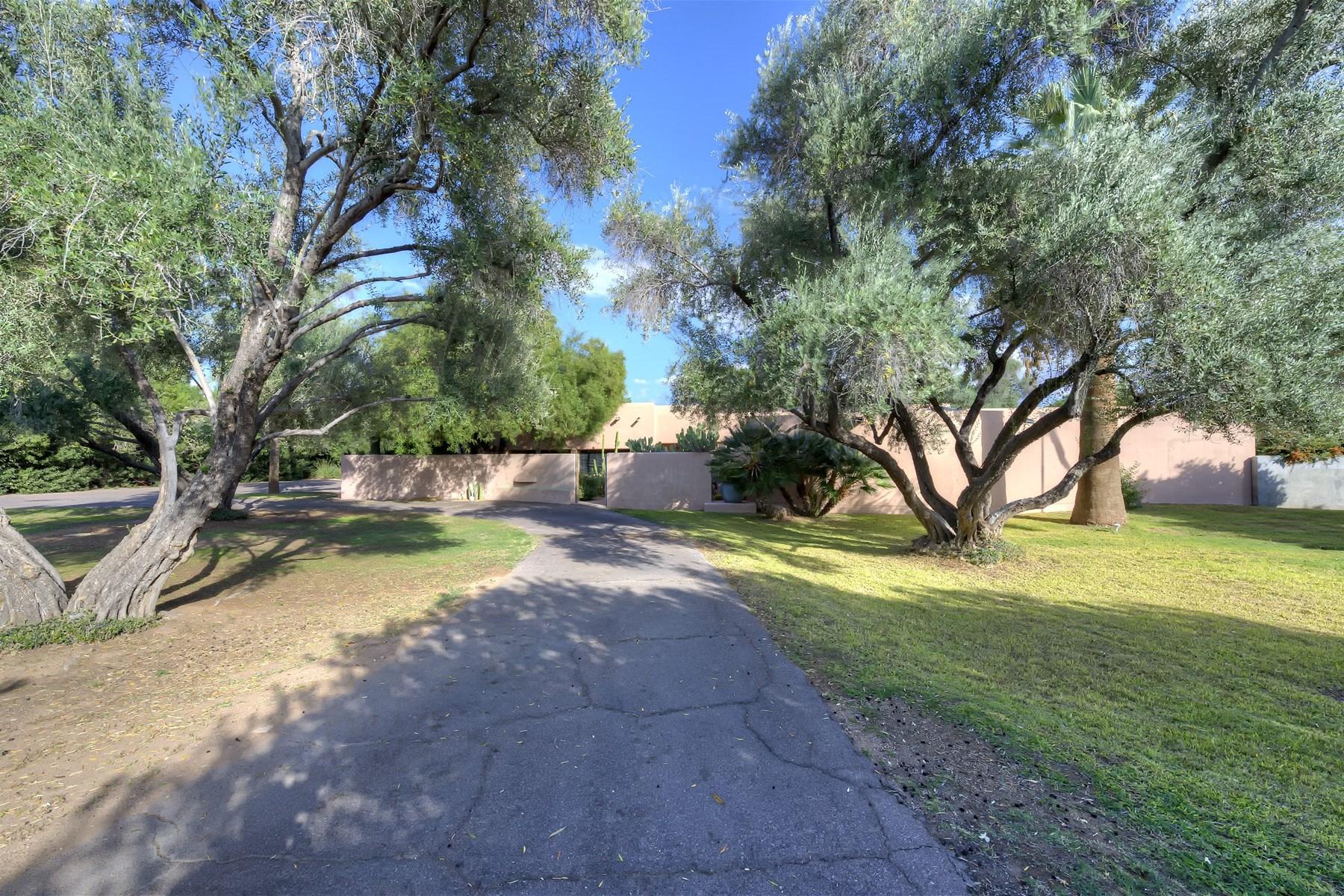 Casa Unifamiliar por un Venta en Unique And Private Historic Adobe Home In Paradise Valley 5745 N Quail Run Rd Paradise Valley, Arizona 85253 Estados Unidos