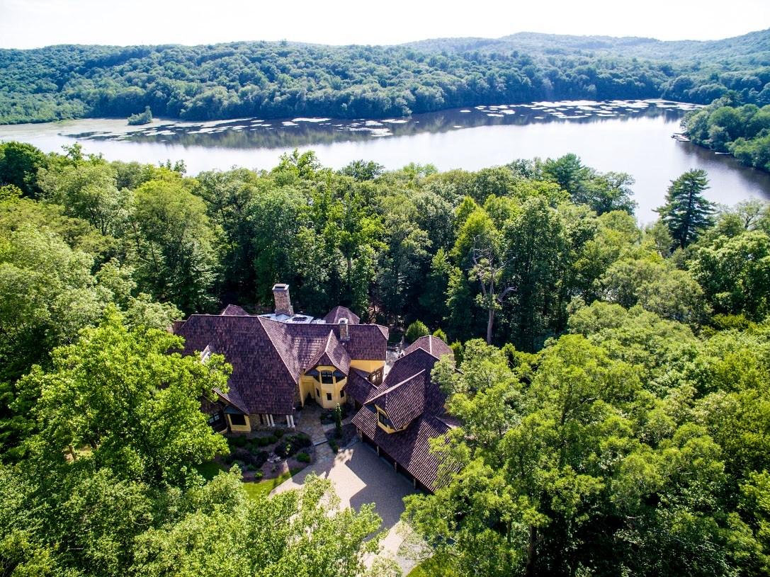 Moradia para Venda às Exclusive Waterfront Home 4 Old Cranberry Road Sloatsburg, Nova York 10974 Estados Unidos