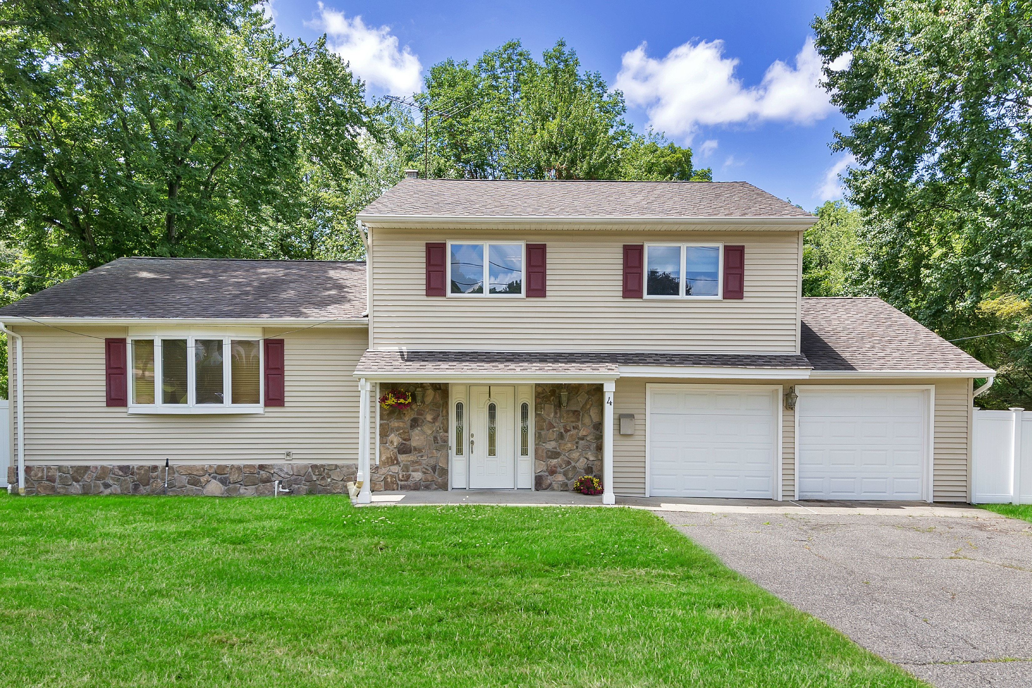Maison unifamiliale pour l Vente à Updated Split Level with Pool 4 Delaware Court Wayne, New Jersey 07470 États-Unis