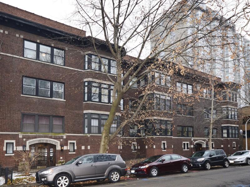 콘도미니엄 용 매매 에 Gorgeous Top Floor Vintage Condo 701 W Buena Avenue Unit 3 Uptown, Chicago, 일리노이즈 60613 미국