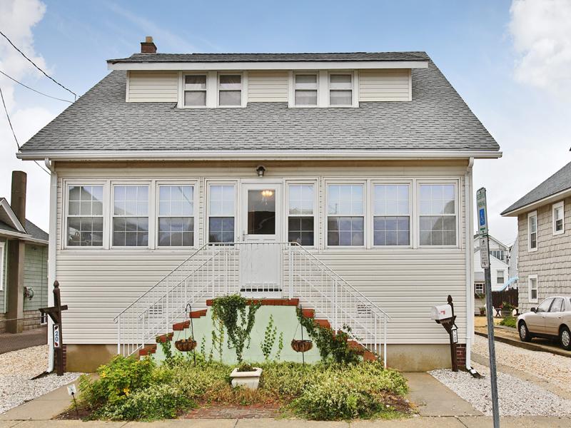 Maison unifamiliale pour l Vente à Immaculate Seashore Cape 20 Island Avenue Seaside Park, New Jersey 08752 États-Unis