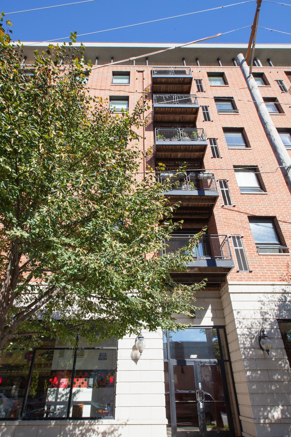 콘도미니엄 용 매매 에 Bright and Clean Unit 974 W 35th Place Unit 207 Chicago, 일리노이즈, 60609 미국