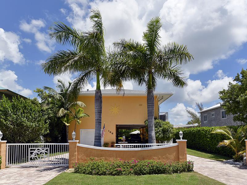 Maison unifamiliale pour l Vente à Fabulous Concrete Home 166 Ocean Shores Drive Key Largo, Florida 33037 États-Unis