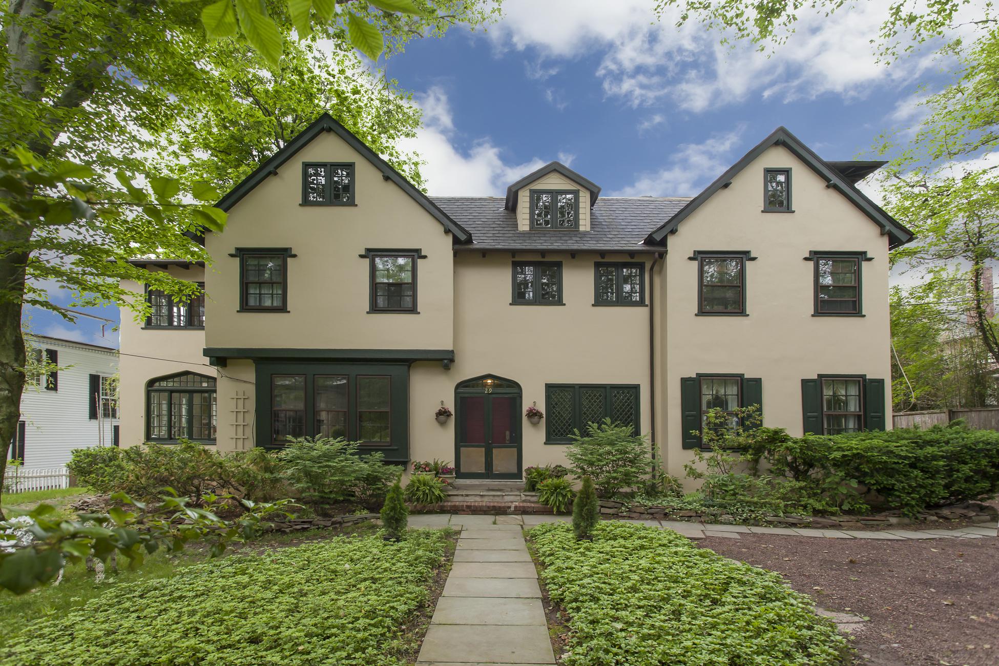 Nhà ở một gia đình vì Bán tại Stately Stucco Tudor in Princeton's Western Section 29 Cleveland Lane Princeton, New Jersey 08540 Hoa Kỳ
