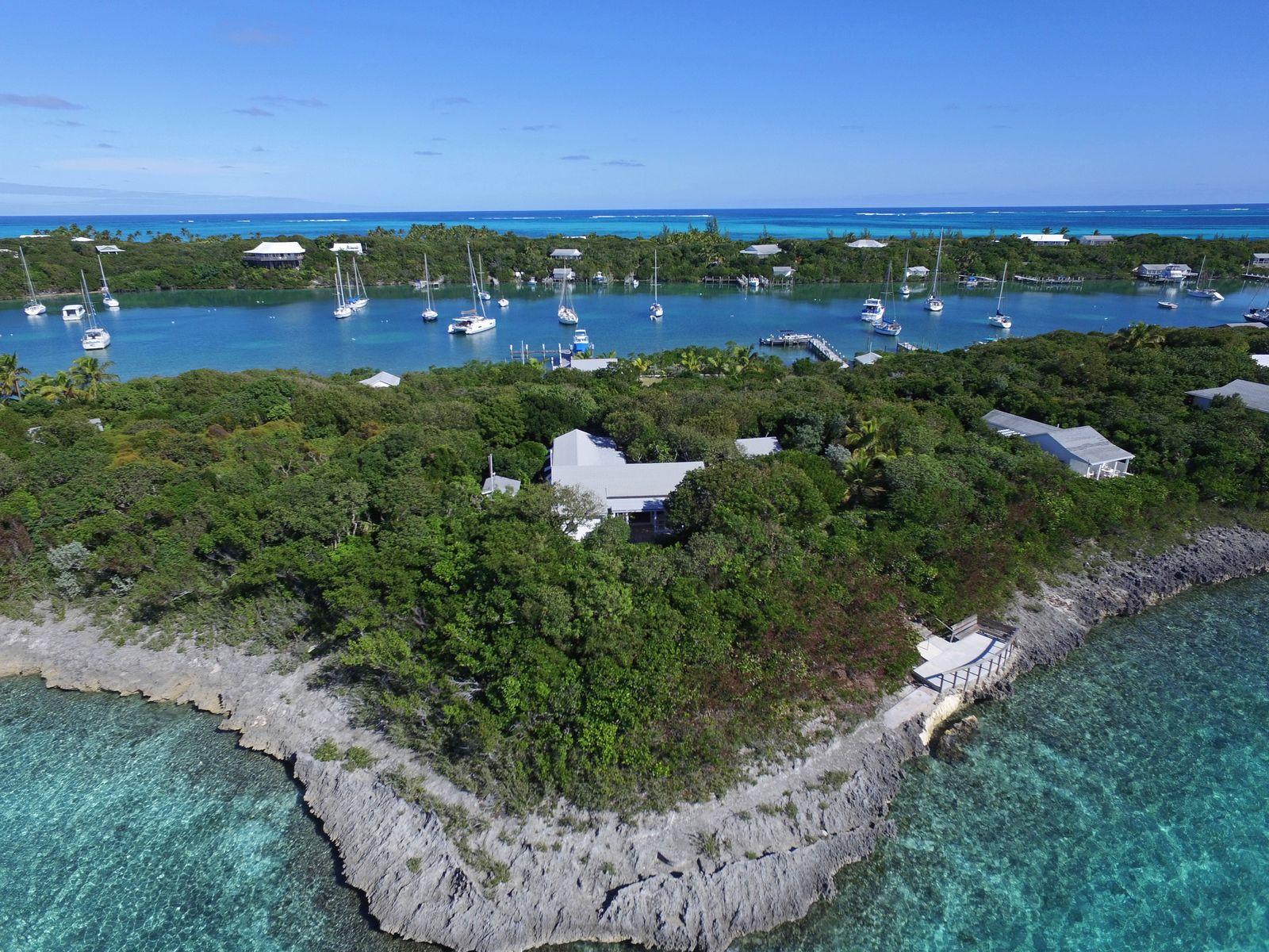 Casa para uma família para Venda às Eastern Harbour Refuge Man-O-War Cay, Abaco, Bahamas
