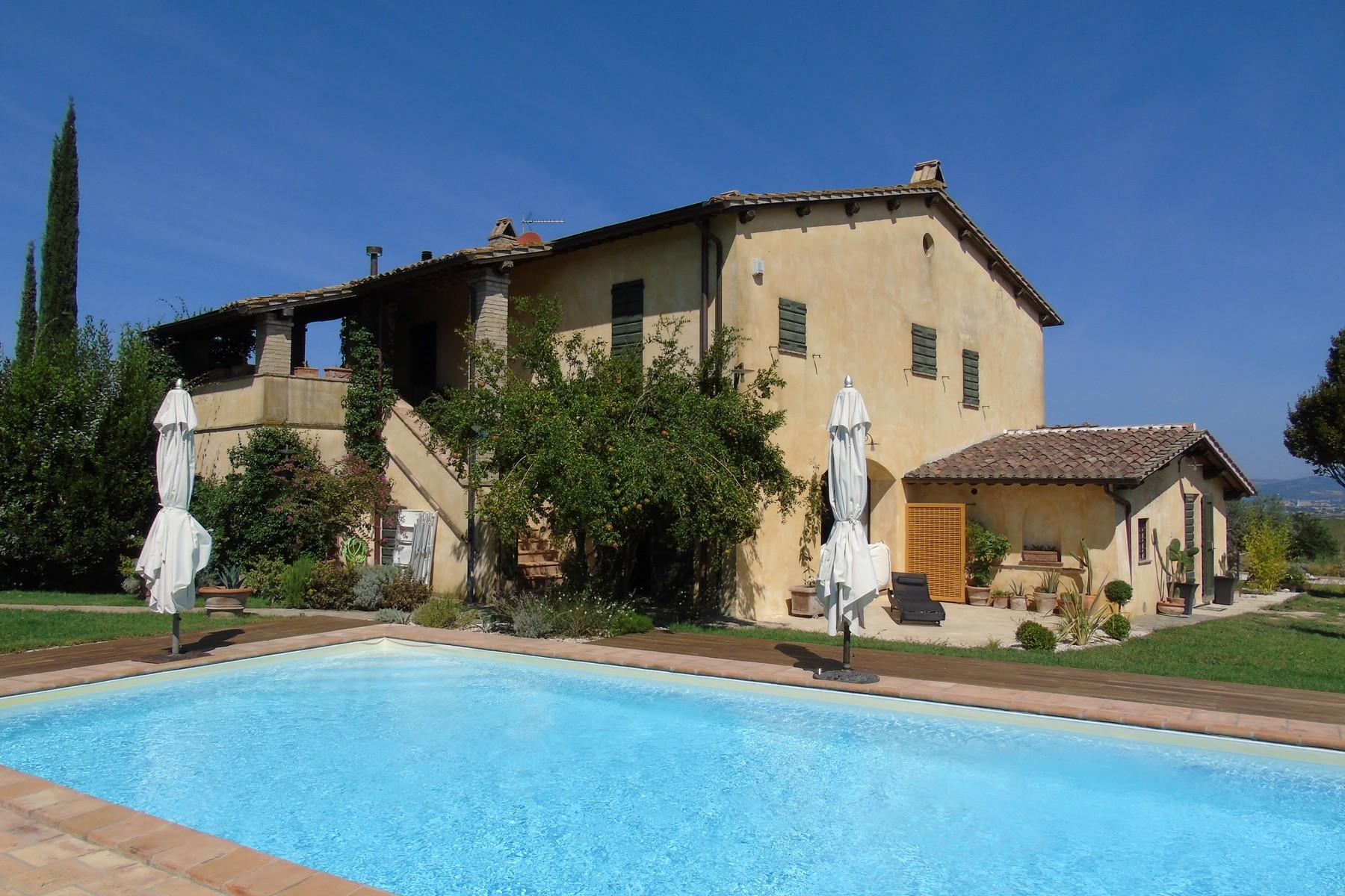 Adosado por un Venta en Lovely farmhouse with panaromic views of Assisi Via dei Colli Bettona Perugia, Perugia 06084 Italia