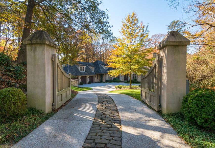 Casa para uma família para Venda às Gorgeous European Style Home 4774 Northside Drive Buckhead, Atlanta, Geórgia 30327 Estados Unidos