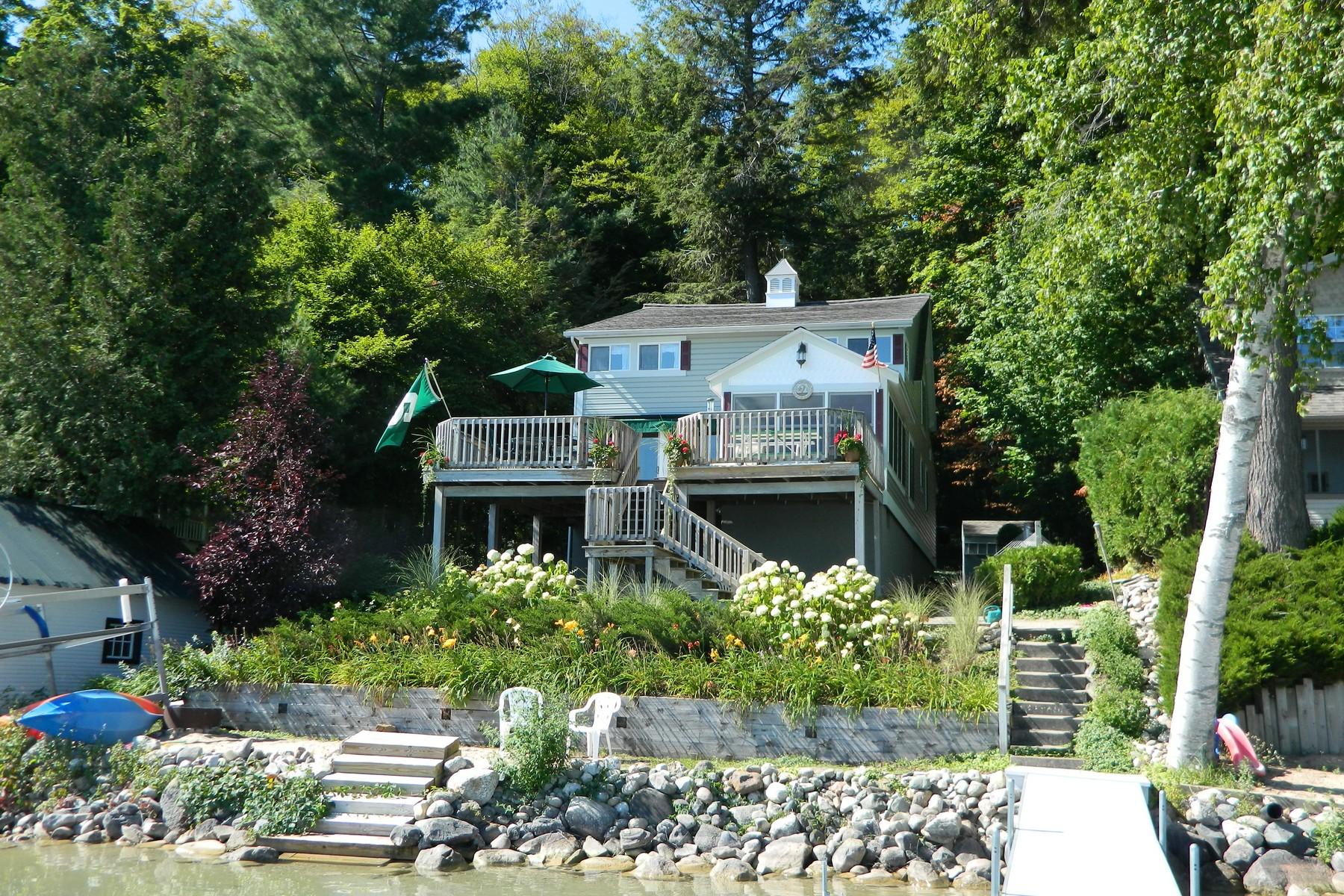 Maison unifamiliale pour l Vente à 01499 Forest Lane Boyne City, Michigan 49712 États-Unis