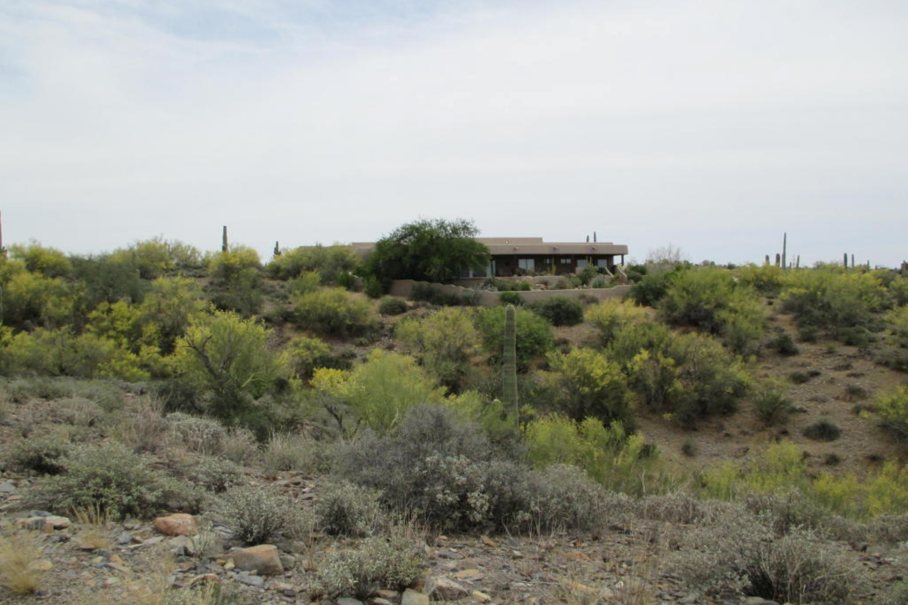 Moradia para Venda às Exquisite custom home on a beautiful 4.3 acre lot with magnificent views. 7455 E GRAPEVINE RD E Cave Creek, Arizona 85331 Estados Unidos