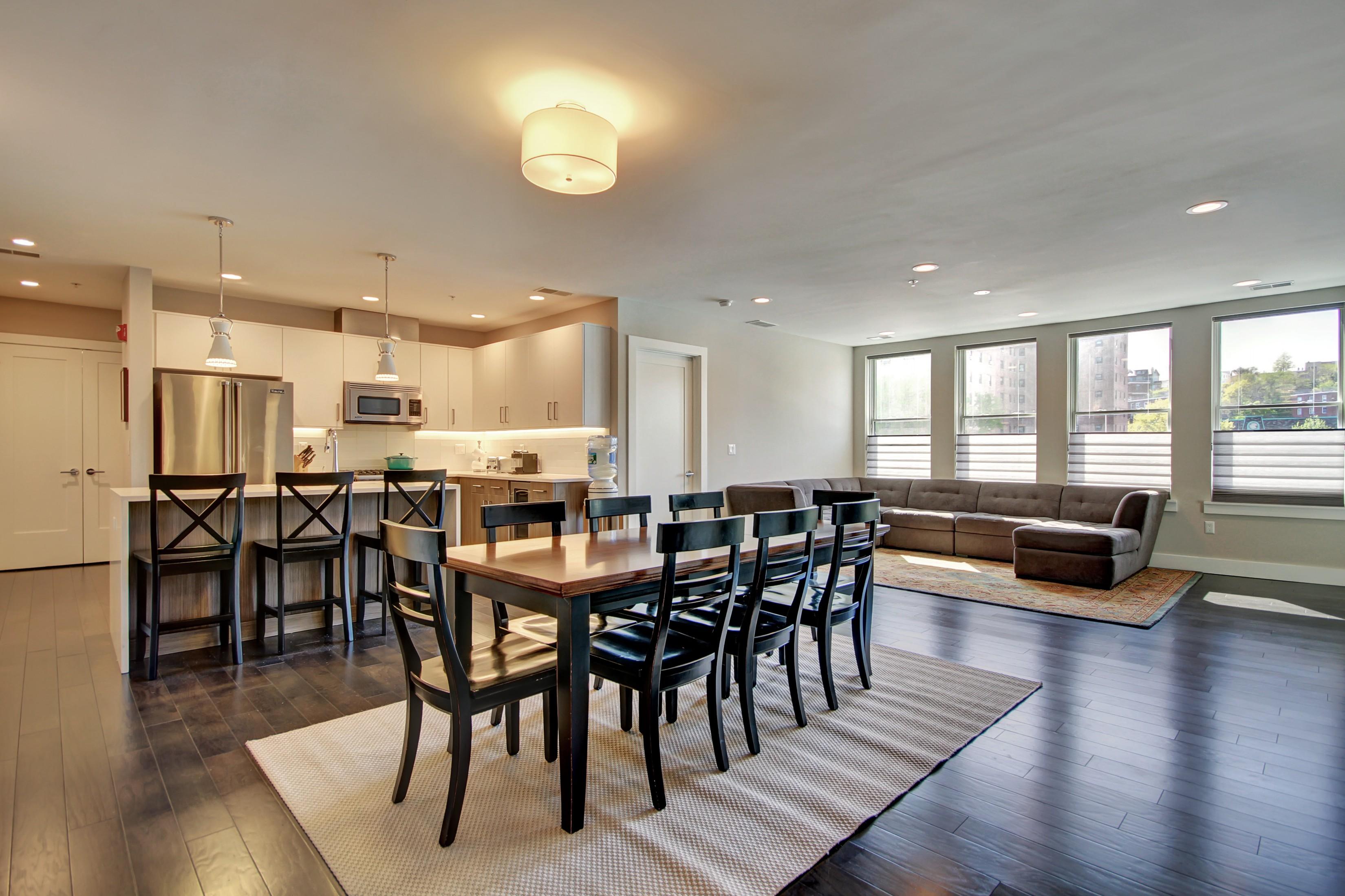 共管物業 為 出售 在 Expansive Three Bedroom 302 Monroe Street #3B Hoboken, 新澤西州, 07030 美國