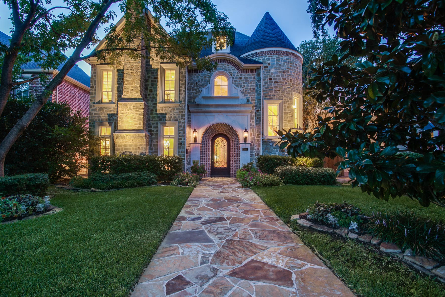 Maison unifamiliale pour l Vente à Family Home in Exceptional Location 3444 Amherst Avenue Dallas, Texas 75225 États-Unis