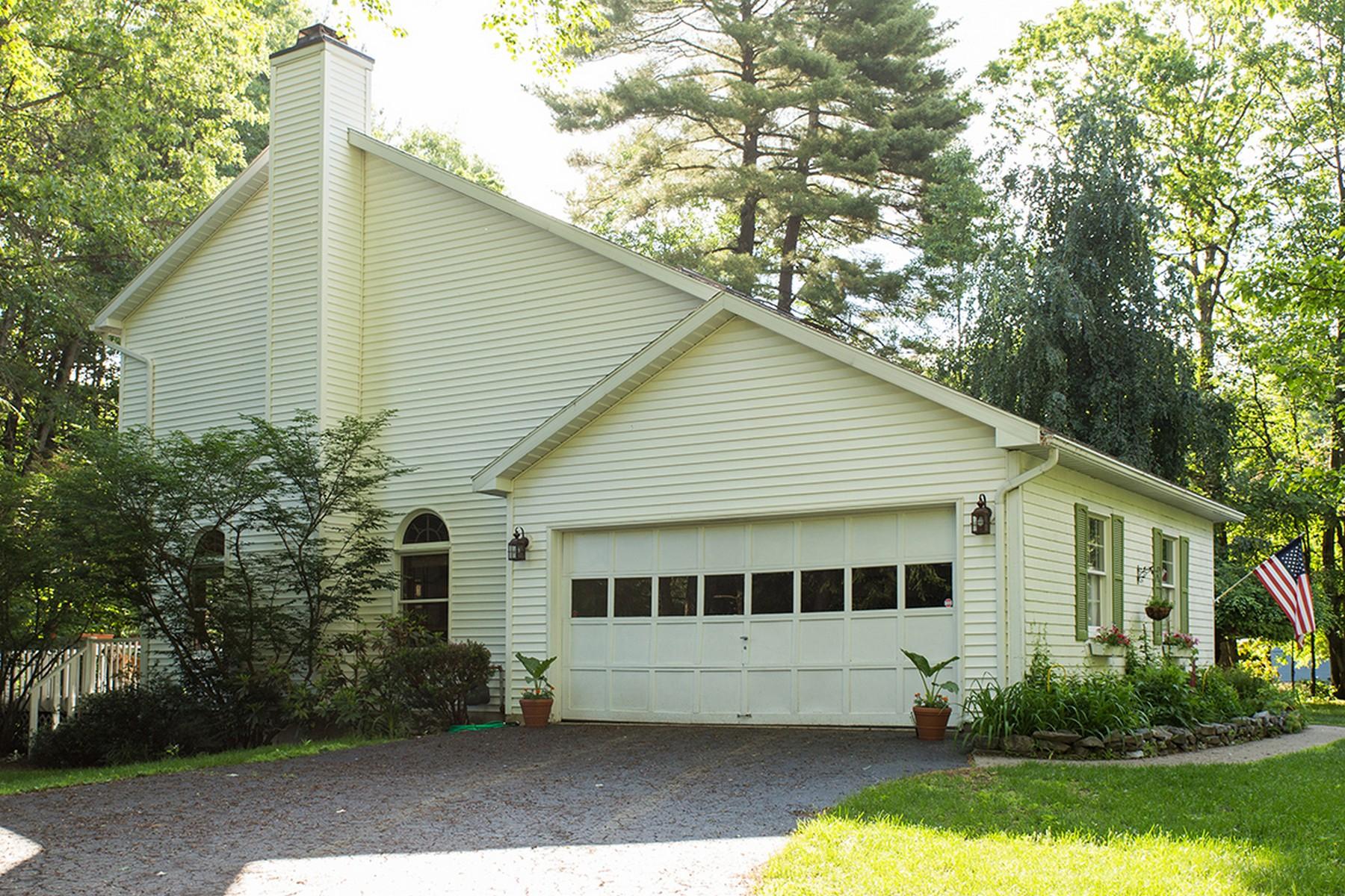 Einfamilienhaus für Verkauf beim Custom Contemporary on the Golf Course 64 Fieldstone Dr Wilton, New York 12831 Vereinigte Staaten