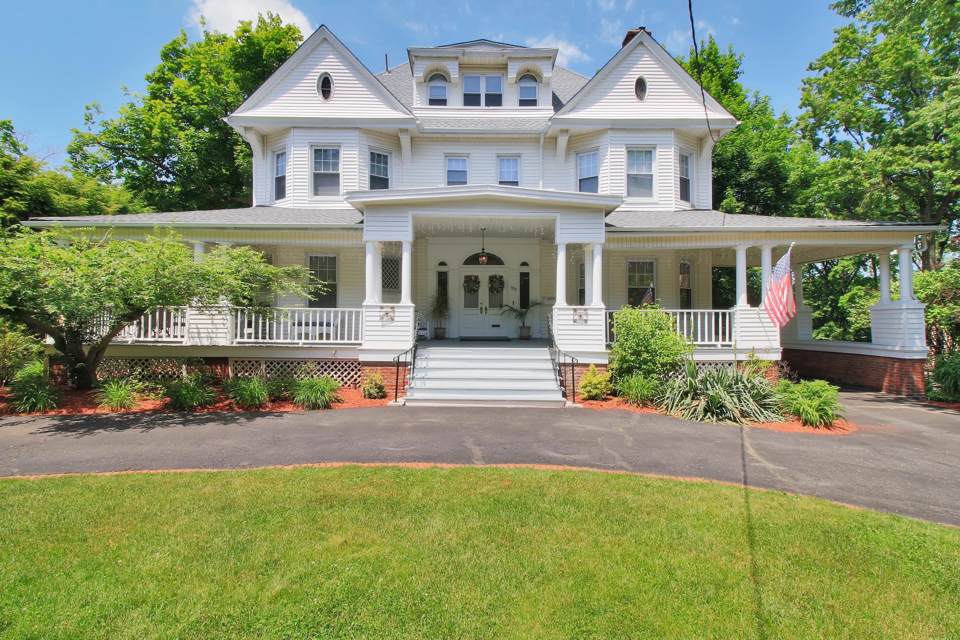 独户住宅 为 销售 在 Meticulous Georgian Colonial. 303 Summit Ave 哈克萨克市, 07601 美国