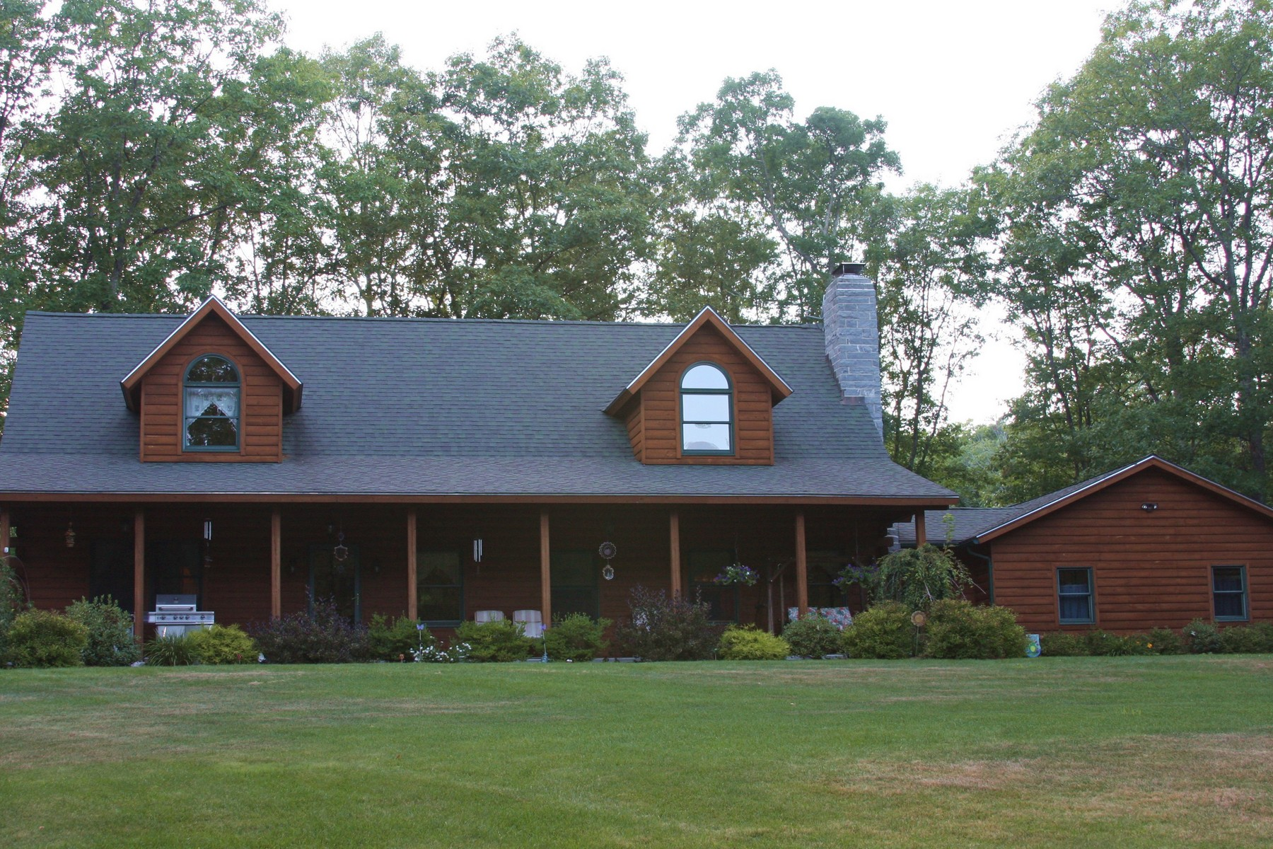 Vivienda unifamiliar por un Venta en Outdoorsman's Paradise - Beautiful Log Cabin 2692 Greenwich Road Hardwick, Massachusetts, 01037 Estados Unidos