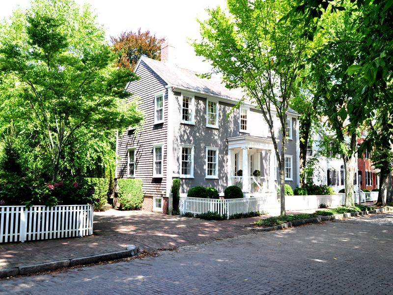 Частный односемейный дом для того Продажа на America's Most Beautiful Street! 103 Main Street Nantucket, Массачусетс 02554 Соединенные Штаты