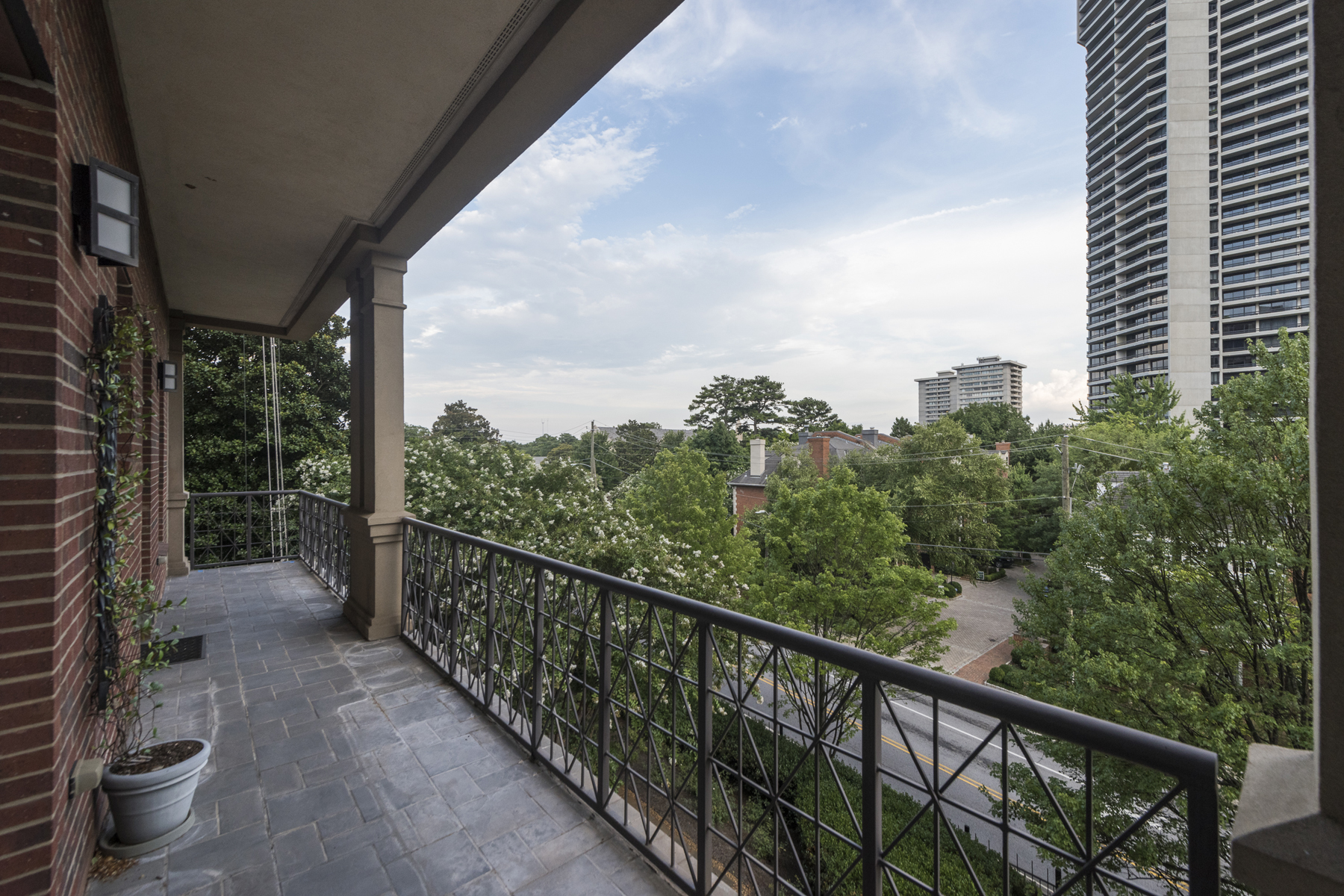 Additional photo for property listing at Amazing Buckhead Co-op Unit 2724 Peachtree Road NE Unit 201 Atlanta, Geórgia 30305 Estados Unidos