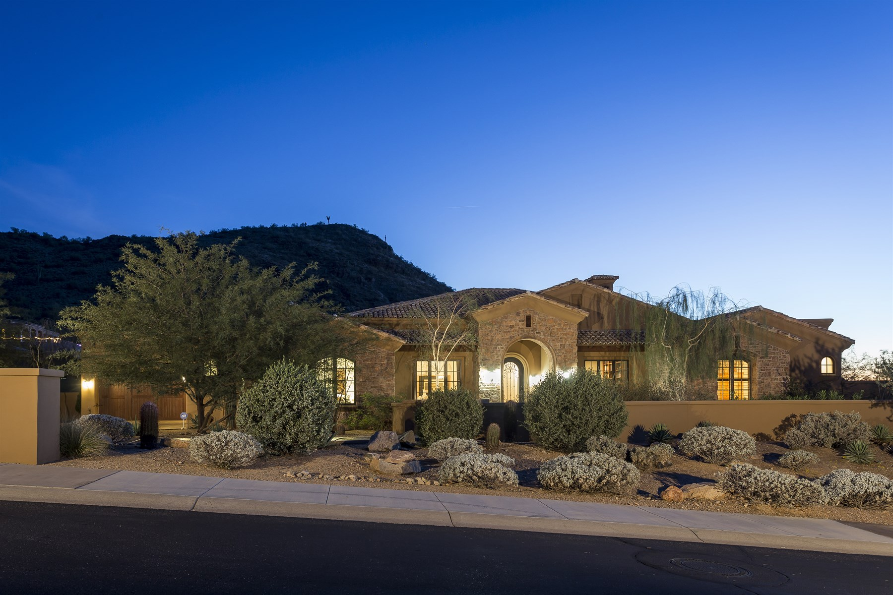 Частный односемейный дом для того Продажа на Nestled among gorgeous mountain and expansive city light views 14235 E Kalil Dr Scottsdale, Аризона 85259 Соединенные Штаты