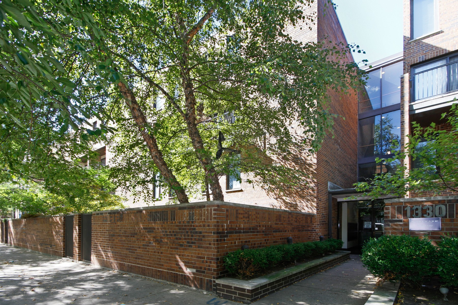 共管物業 為 出售 在 Duplex Lives Like a Single Family Home 1330 N LaSalle Drive Unit 100 Chicago, 伊利諾斯州, 60610 美國