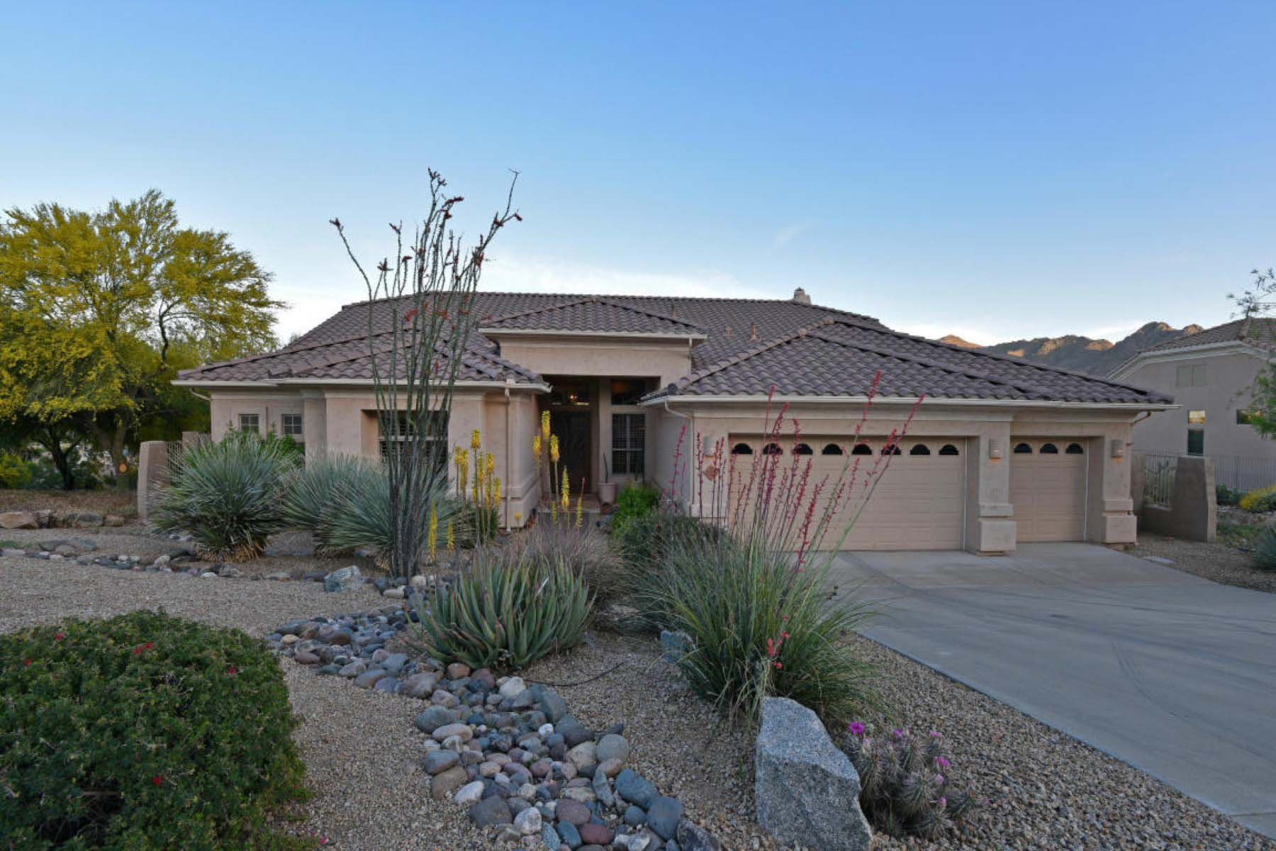 Casa para uma família para Venda às Comfortable living in this well maintained home; surrounded by mountain views. 11573 E BUCKSKIN TRL Scottsdale, Arizona 85255 Estados Unidos