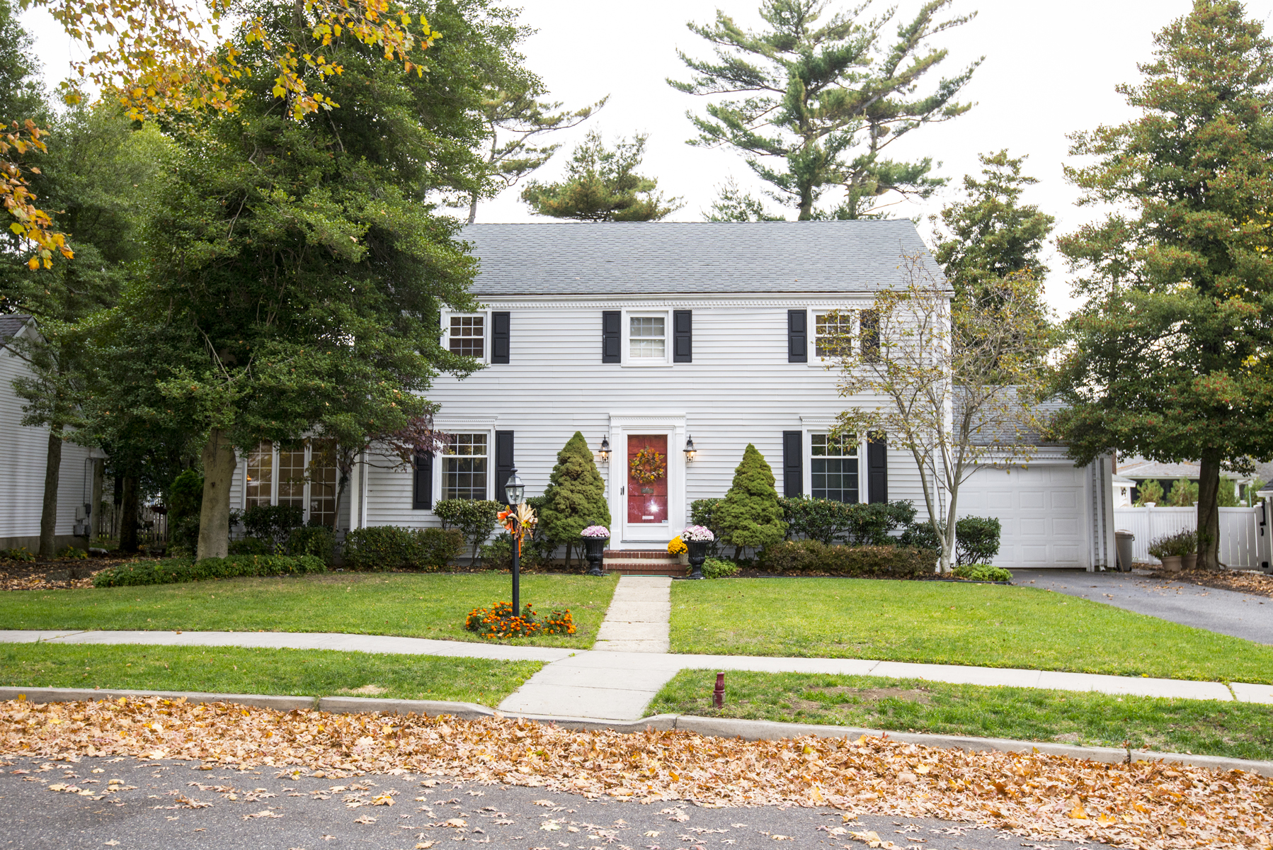 Maison unifamiliale pour l Vente à Nestled on one of Sea Girt's Most Desirable Streets 517 Crescent Parkway Sea Girt, New Jersey 08750 États-Unis