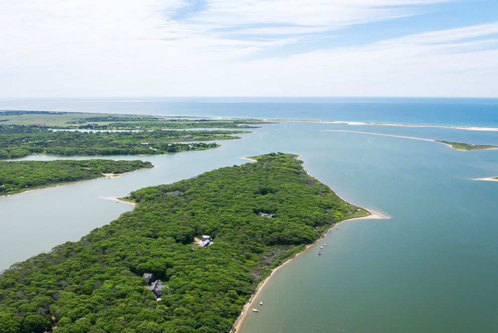 Terreno por un Venta en Waterfront parcel on Martha's Vineyard 71 Kanomika Road Edgartown, Massachusetts 02539 Estados Unidos