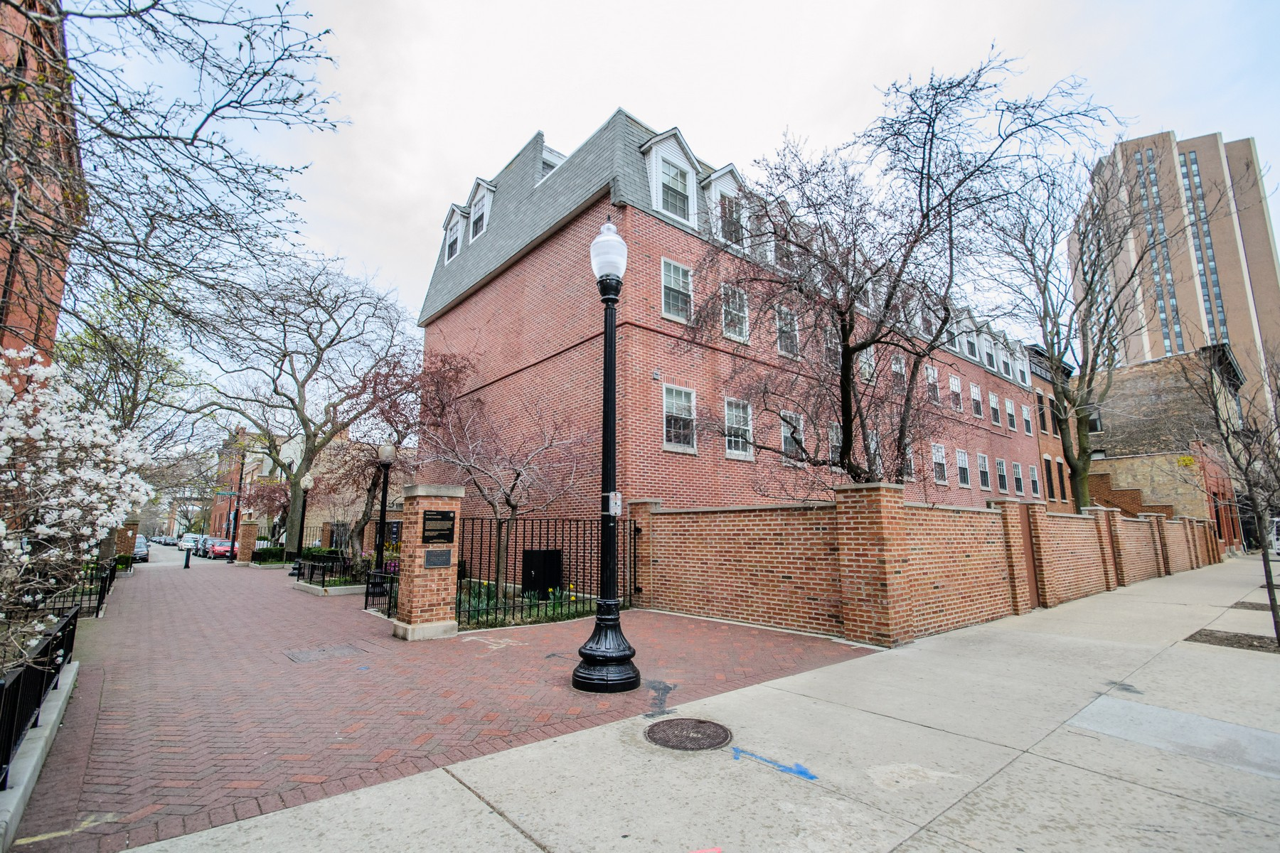 コンドミニアム のために 売買 アット Beautiful Duplexed Up Condo in Old Town! 200 W Menomonee Street Unit 9 Near North Side, Chicago, イリノイ, 60614 アメリカ合衆国