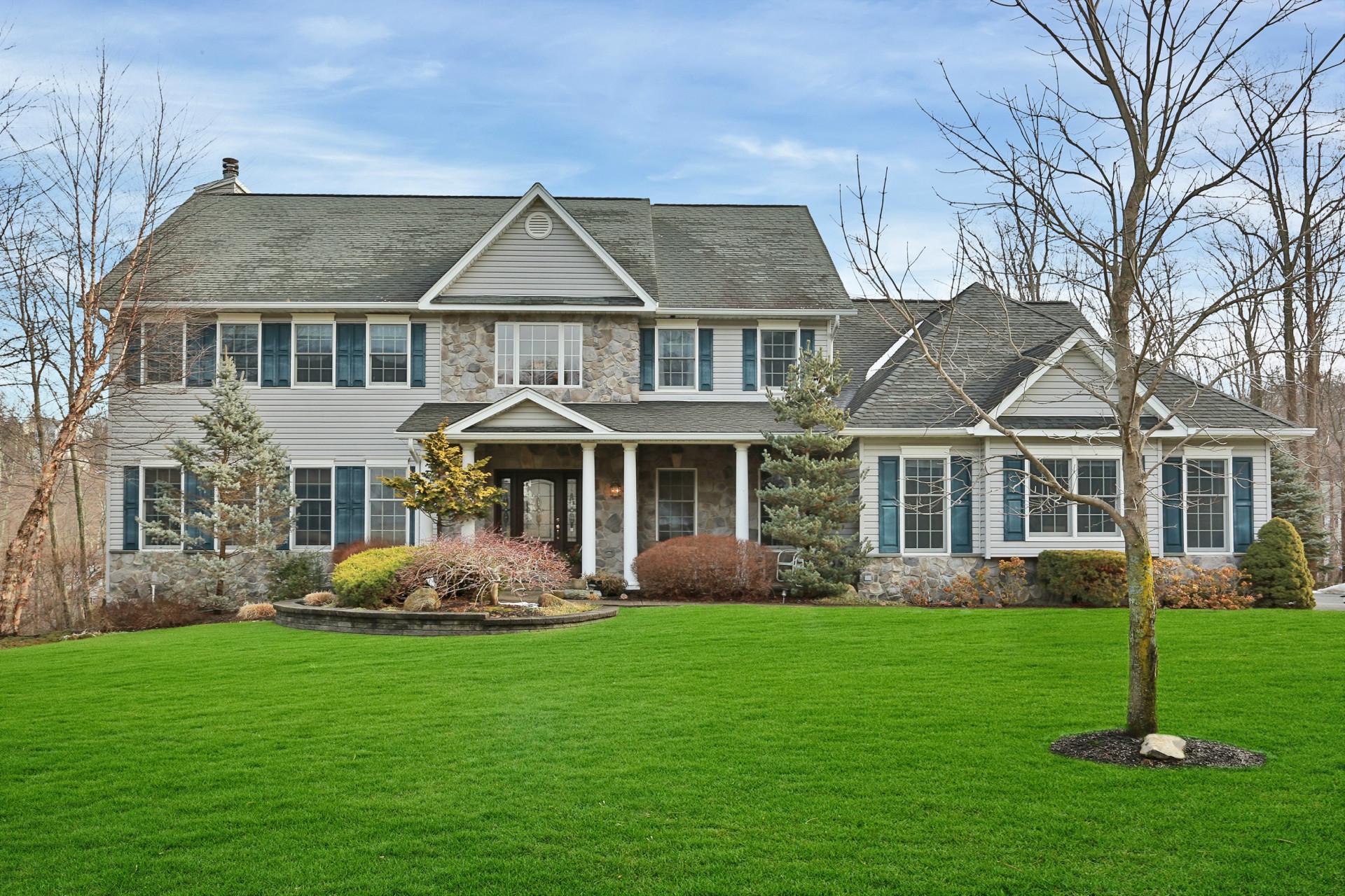 Maison unifamiliale pour l Vente à Beautifully Maintained Colonial 12 Pierce Drive Stony Point, New York 10980 États-Unis