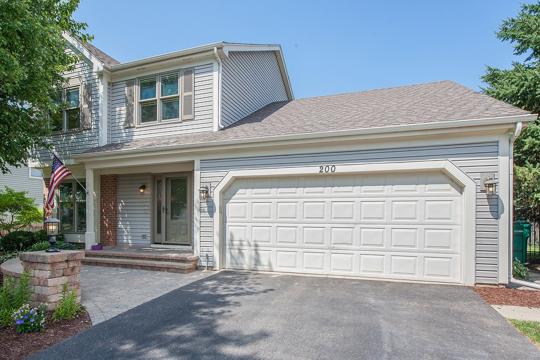 Maison unifamiliale pour l Vente à Beautifully Updated Three Bedroom In Desirable Foxmoor Neighborhood 200 Foxmoor Road Fox River Grove, Illinois, 60021 États-Unis