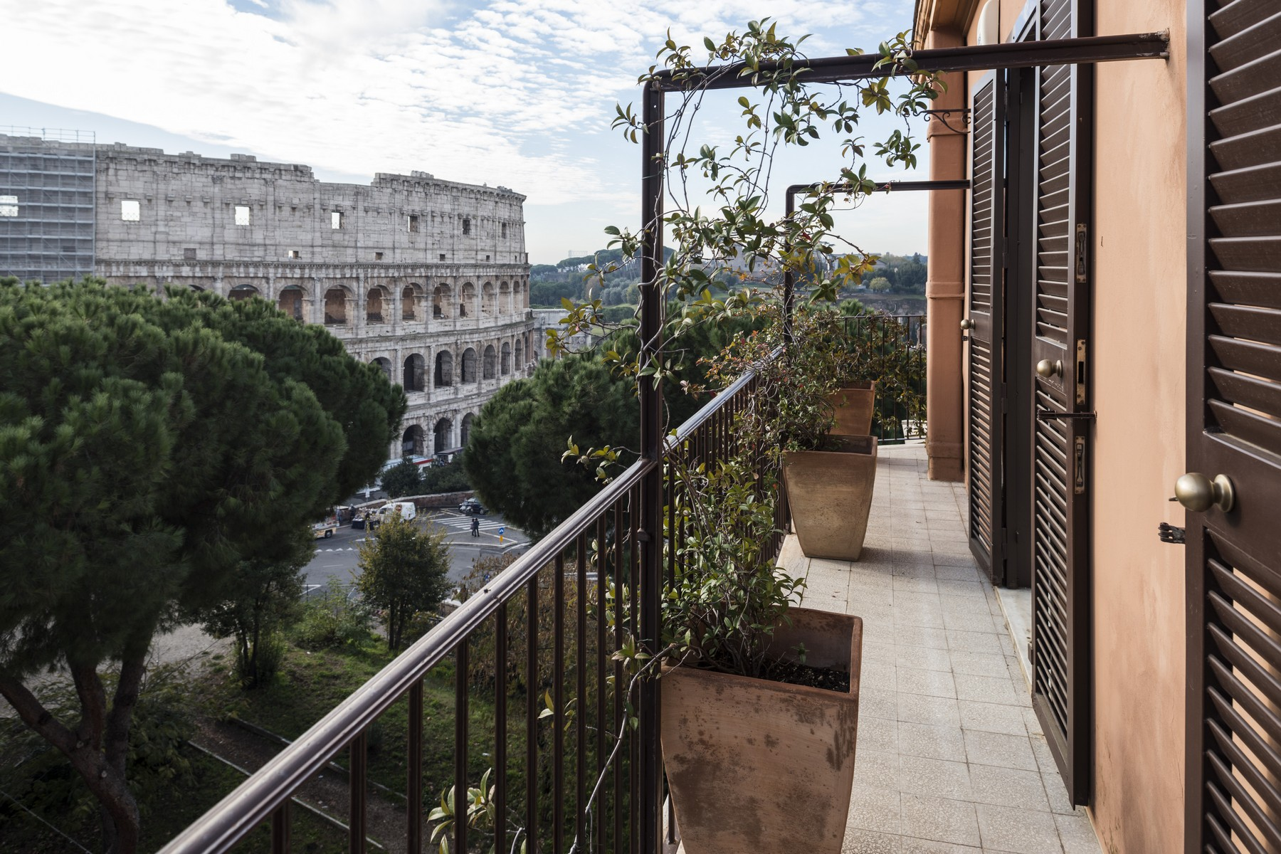 Additional photo for property listing at Penthouse overlooking the Colosseum and Imperial Forums with terrace Via del Monte Oppio Rome, Rome 00184 Italy