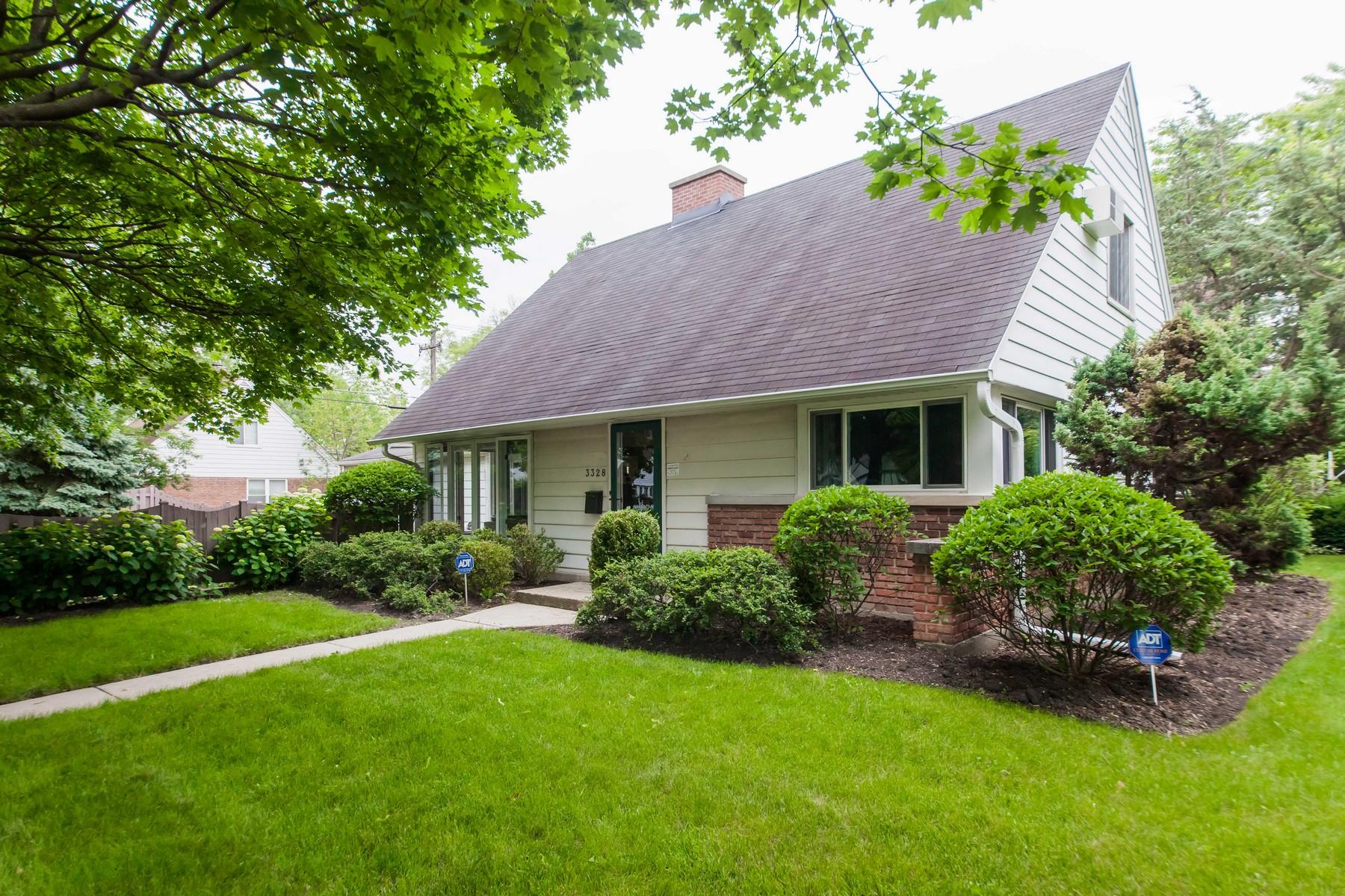 Casa para uma família para Venda às Move-In Ready Cape Cod With Great Floor Plan 3328 Noyes Street Evanston, Illinois, 60201 Estados Unidos