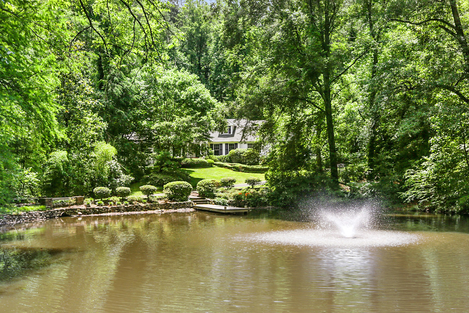 Maison unifamiliale pour l Vente à Private Buckhead Retreat 4745 Harris Trail Buckhead, Atlanta, Georgia 30327 États-Unis