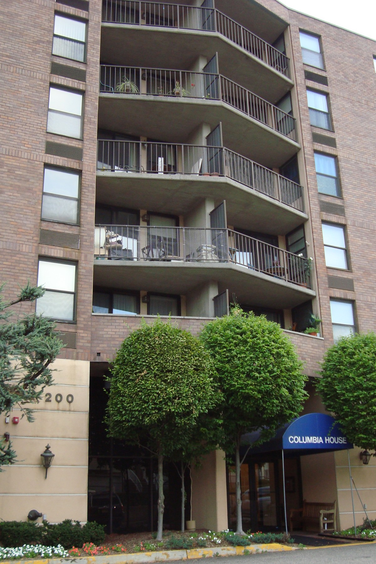 콘도미니엄 용 매매 에 Spacious two bedroom apartment with balcony 200 Division Street #6-A Columbia House Cliffside Park, 뉴저지 07010 미국