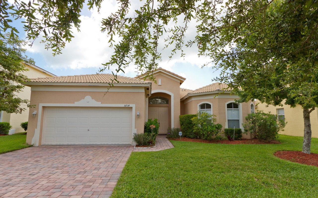 Vivienda unifamiliar por un Venta en Beautiful Lake Views! 5714 Place Lake Dr Fort Pierce, Florida, 34951 Estados Unidos