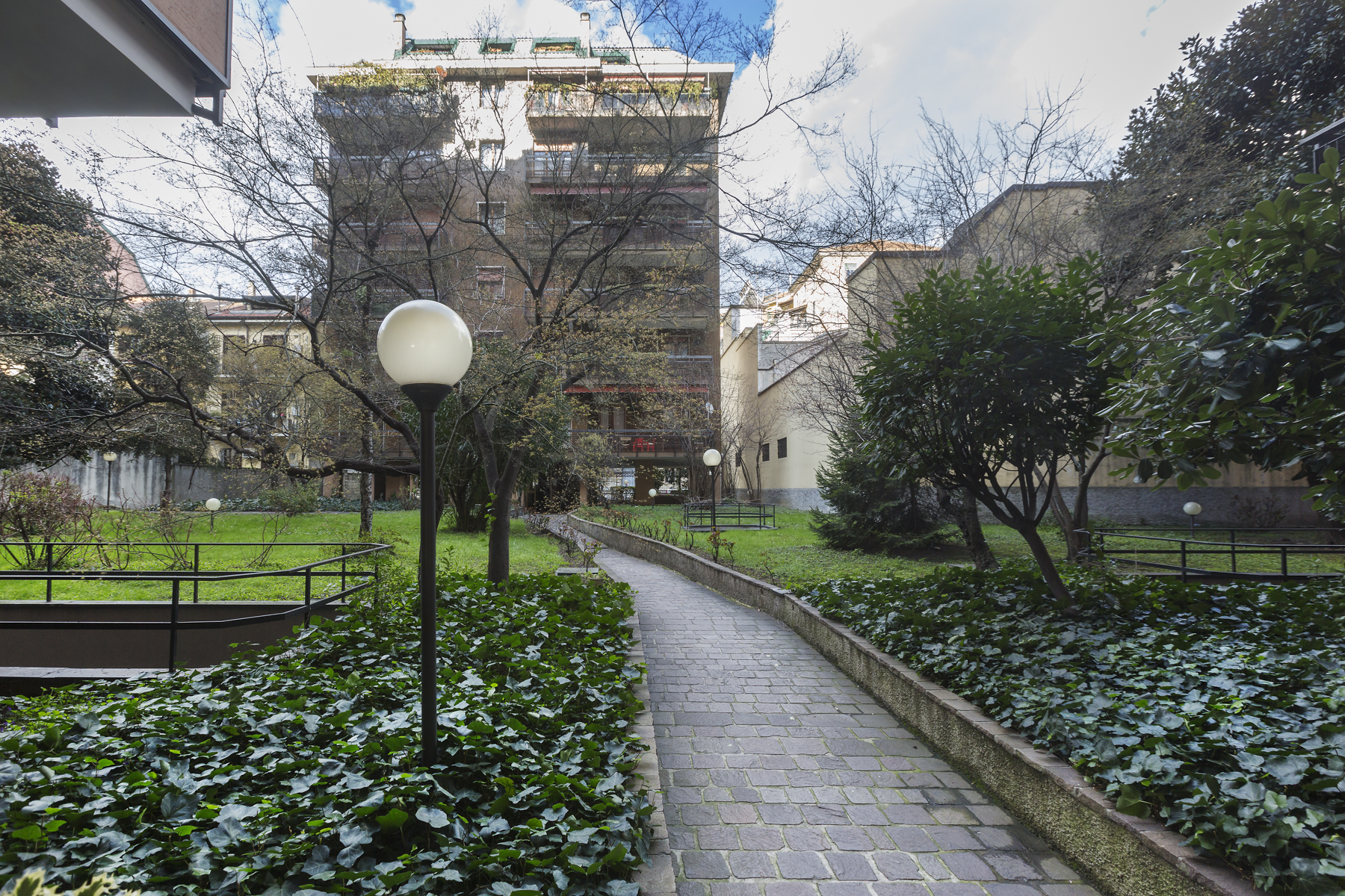 Additional photo for property listing at Fully renovated 2 bedrooms apartment with condo gardens Via Piccinni Milano, Milan 20121 Italie