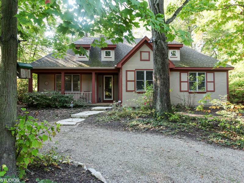Casa para uma família para Venda às Cozy, Custom Cottage 16345 Stones Throw Lane Union Pier, Michigan 49129 Estados Unidos