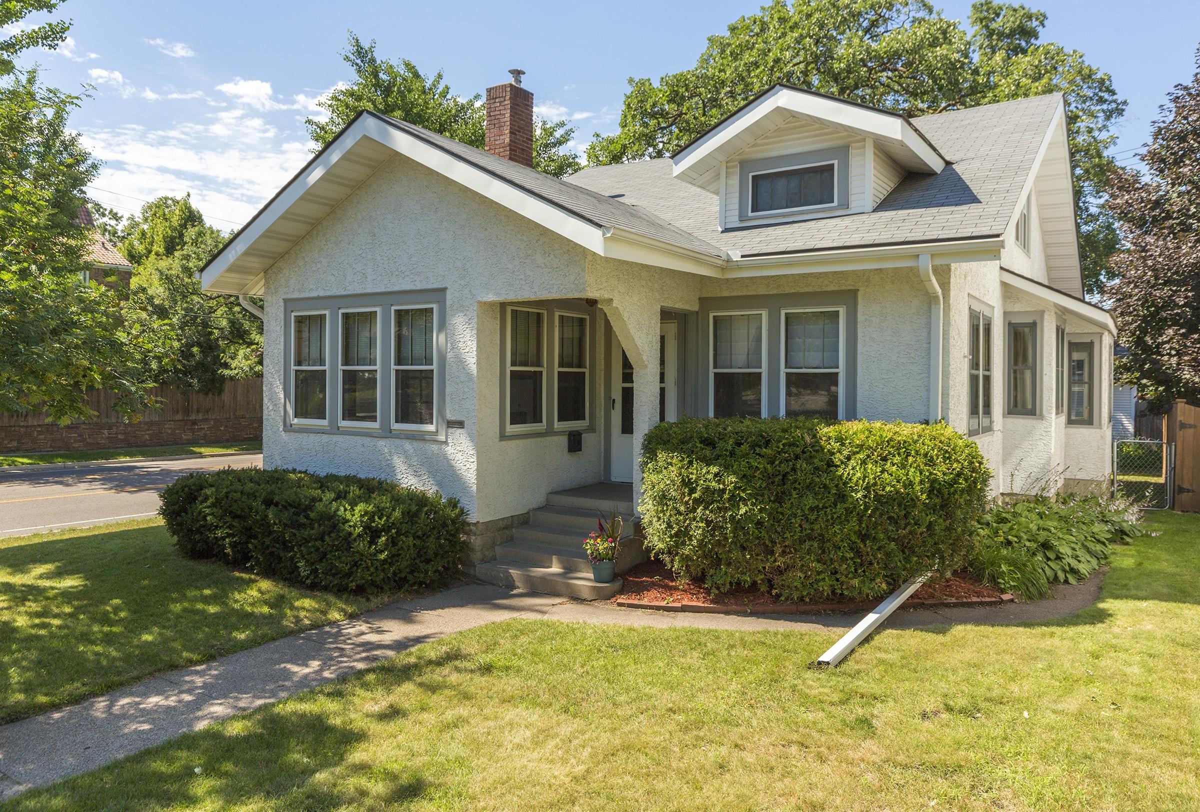 Maison unifamiliale pour l Vente à 1817 Stanford Avenue St. Paul, Minnesota, 55105 États-Unis