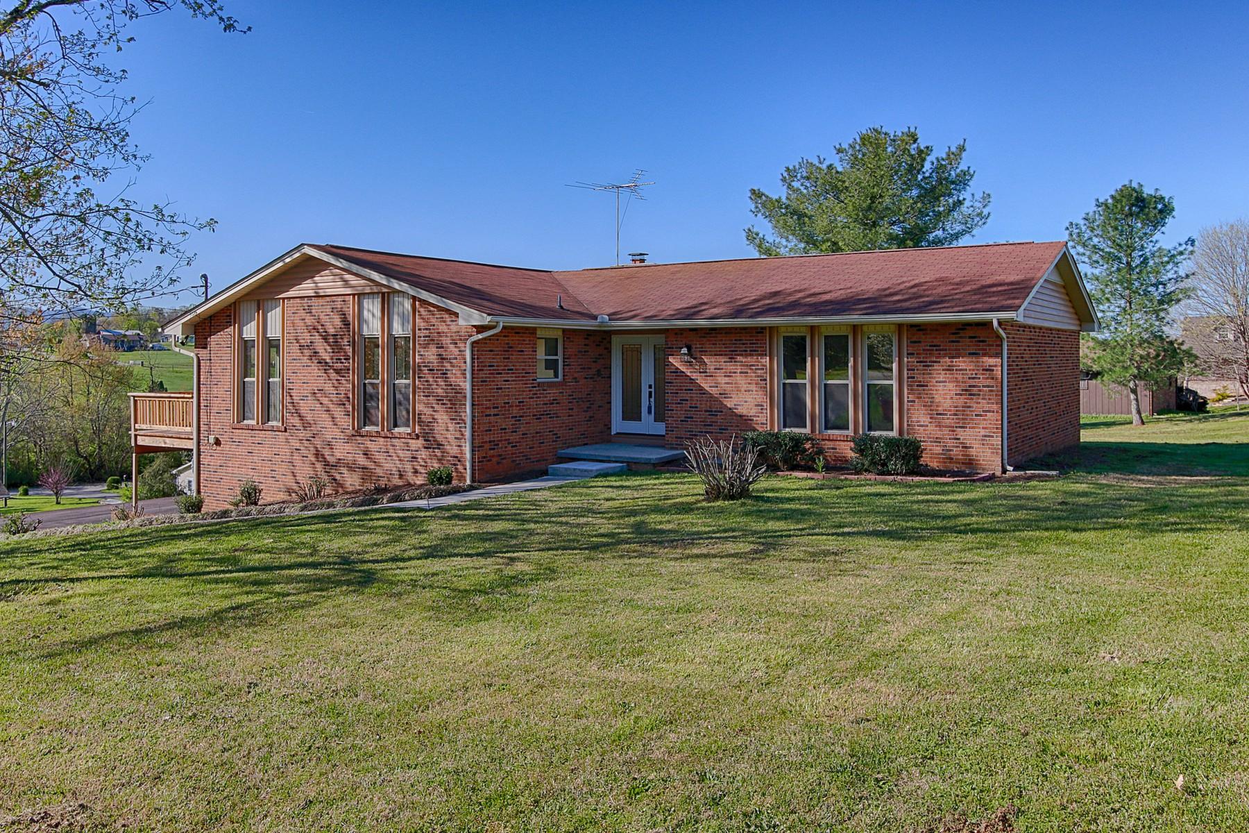 Moradia para Venda às Updated Home in Bays Mountain Overlook 635 Mize Circle Seymour, Tennessee, 37865 Estados Unidos