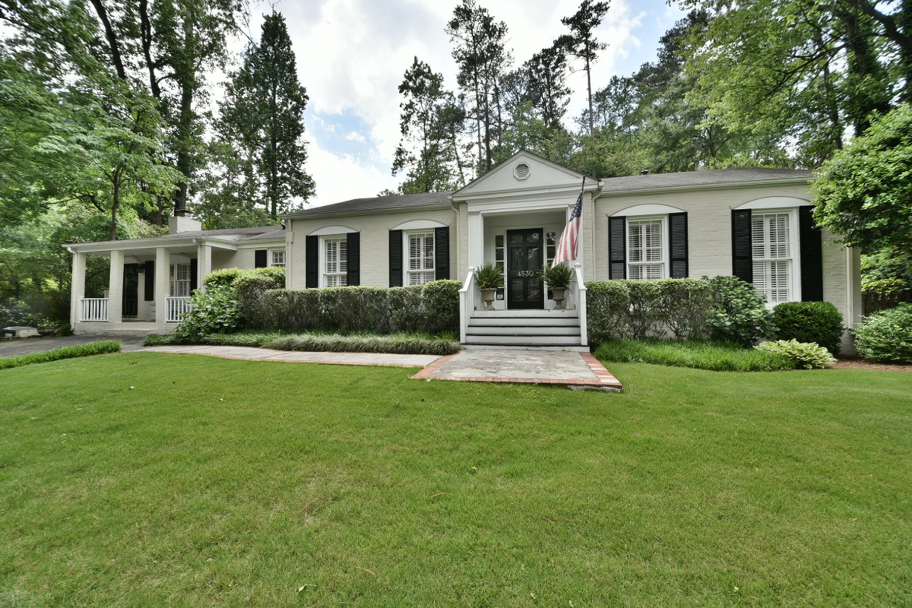 Vivienda unifamiliar por un Venta en Charming Ranch With Private Backyard 4530 Dalmer Road Atlanta, Georgia 30342 Estados Unidos