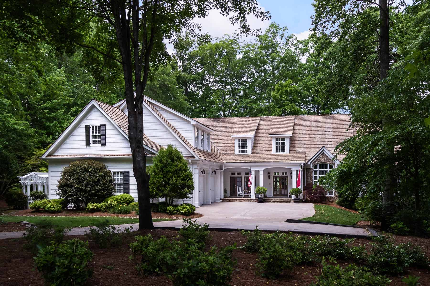 Villa per Vendita alle ore Private Lake Lot Home on Over Two Acres 510 Blue Heron Way Alpharetta, Georgia, 30007 Stati Uniti