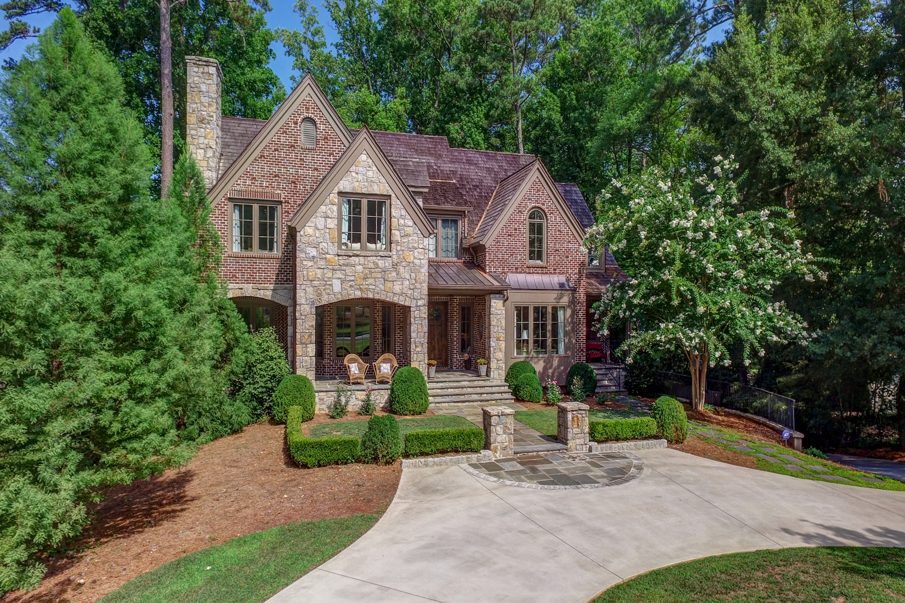 Additional photo for property listing at Custom English Country Style Home in Buckhead 3134 E Wood Valley Road Atlanta, Georgien 30327 Usa