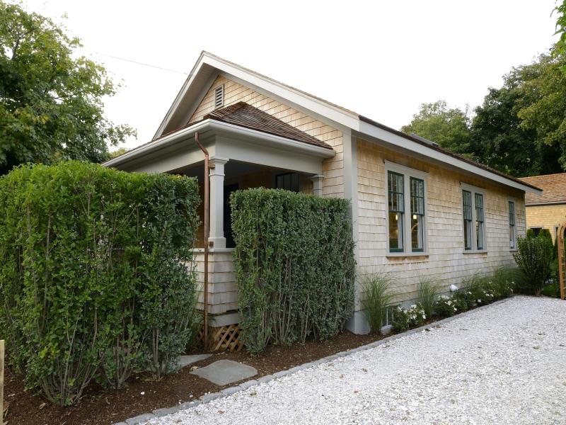 Einfamilienhaus für Verkauf beim Masterful Renovation - Remarkably Sophisticated! 10 Prospect Street Nantucket, Massachusetts 02554 Vereinigte Staaten