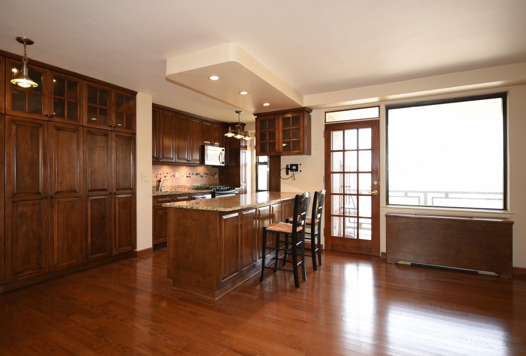 合作公寓 为 销售 在 Large & Renovated Corner 2 BR +Terrace 4901 Henry Hudson Parkway 8D Riverdale, 纽约州 10471 美国